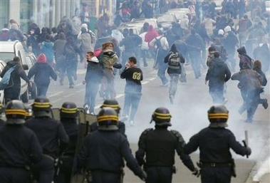 Photo: Riot police officers chase youths after a demonstration in a street of Rennes, western France, Tuesday, April 4, 2006. Hundreds of thousands of protesters marched through cities around France, hoping to make their biggest show of strength yet to demand the repeal of a job law that has divided the country, known as CPE, and which would make it easier for employers to fire young workers.(AP Photo / Vincent Michel)