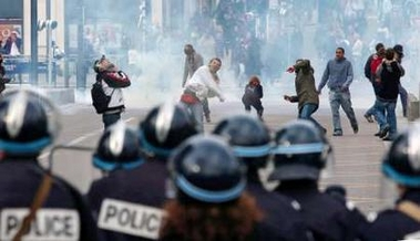Photo: Protestors throw projectiles at riot police during a student demonstration against First Job Contract (CPE) in Rouen, northern France April 4, 2006. French transport workers and teachers staged new strikes on Tuesday and students across the country gathered for street protests they hope will kill off the disputed CPE, a youth hire-and-fire law. REUTERS/Boris Maslard