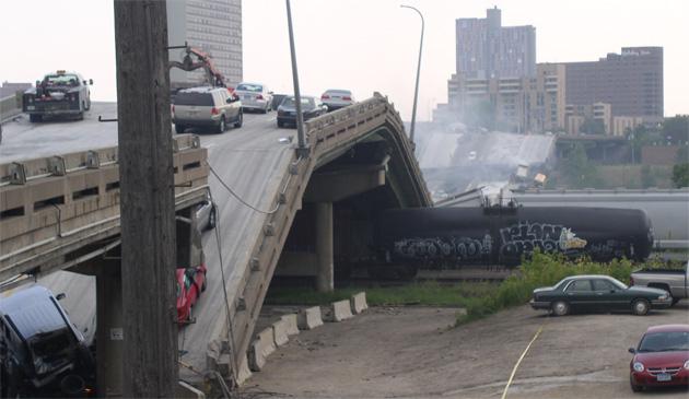 Minneapolis Highway Bridge Collapses Photo 3