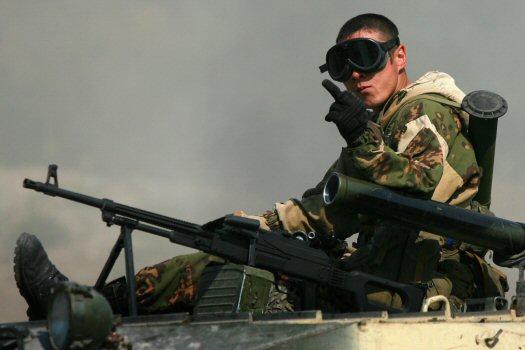 Russian peacekeeper flips Getty photographer Uriel Sinai the bird.