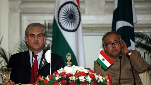 India's Foreign Minister Pranab Mukherjee (R) listens to a question as his Pakistani counterpart Shah Mehmood Qureshi watches during a joint news conference in New Delhi November 26, 2008. Qureshi is on a four-day state visit to India. REUTERS/B Mathur (INDIA)