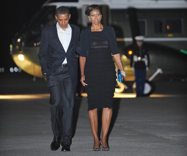 US President Barack Obama and First Lady Michelle Obama make their way to board Air Force One before departing John F. Kennedy International Airport May 30, 2009 in New York City. Obama and his wife are on a personal trip to New York City.